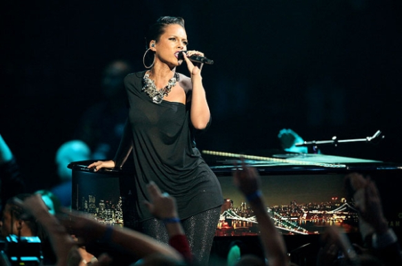 Alicia Keys at the VMAs (with only one hoop in her right ear)